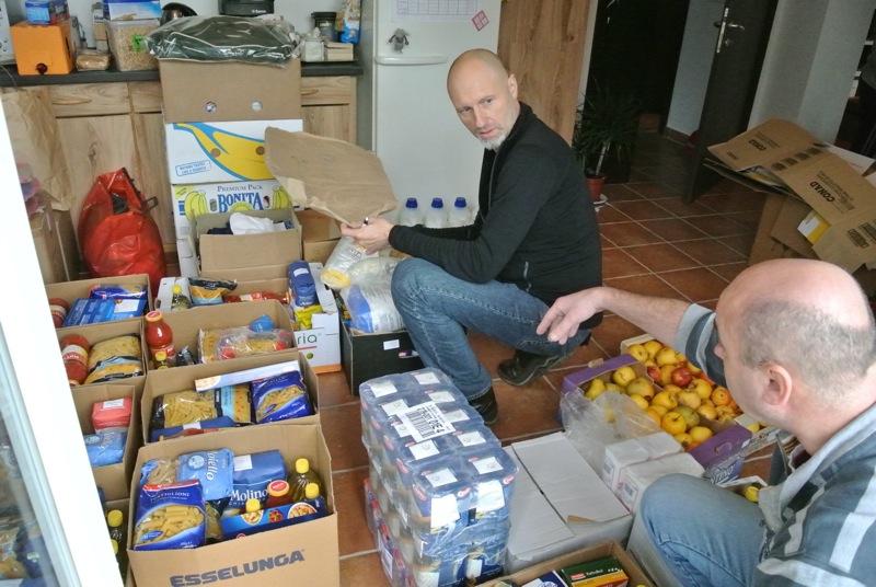 Toni i Stefano (volonteri iz Italije) pripremaju pakete za podijelu